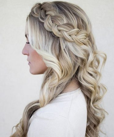 loose-hairstyle-for-graduation-braid-and-waves